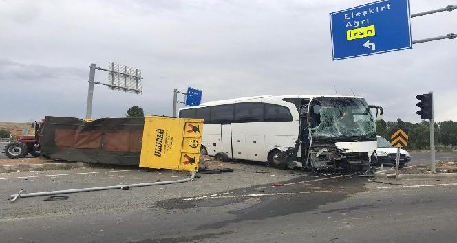 Erzurum'da otobüs ile traktör çarpıştı, yaralılar var