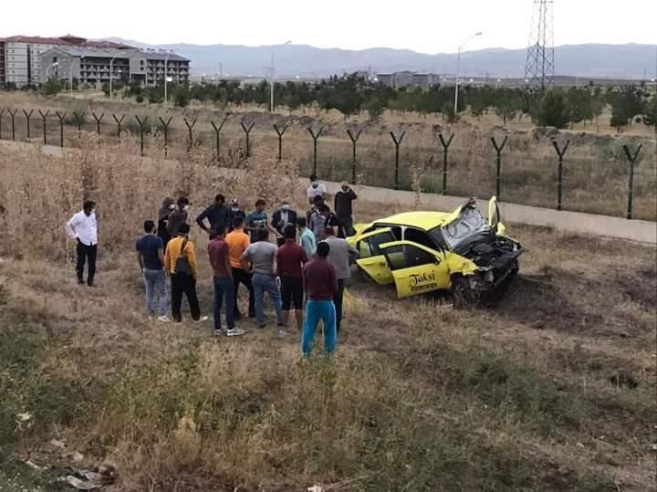 Ağrı'da ticari taksi takla attı şoför yaralandı