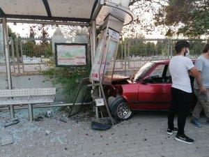 Otomobili ile drift yapan sürücü otobüs durağına daldı: 3 yaralı