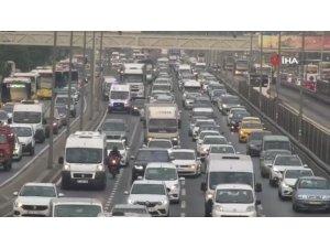 İstanbul'da haftanın ilk günü trafik yoğunluğu yaşandı