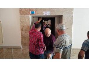 Asansörde mahsur kalan vatandaş uzun uğraşlar sonucu kurtarıldı