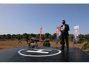 Tarım ve Orman Bakanı Bekir Pakdemirli drone ile tarla ilaçladı