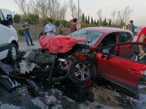 Ters yönde ilerleyen minibüs, otomobille çarpıştı: 2 yaralı
