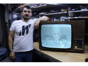 Tamir ederek 60 yıllık televizyonu 15 bin TL'ye satılığa çıkardı