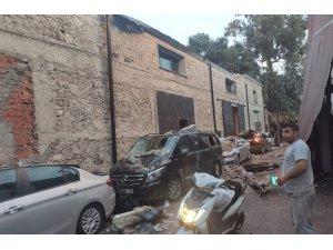 İzmir'de 5 araç çöken duvarın altında kaldı