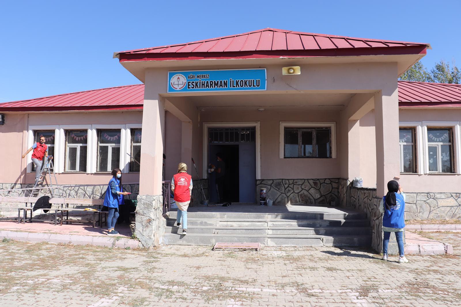 Ağrılı gönüllü gençler, köy köy gezerek okul boyuyor