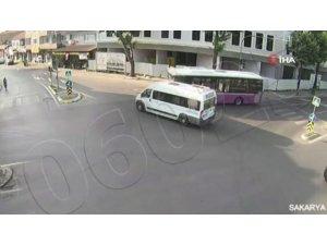 Minibüs ile yolcu otobüsünün çarpıştığı kaza kamerada