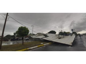 Tonlarca ağırlığındaki demir çatıyı lodos kara yoluna uçurdu