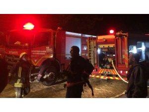 Mum evi tutuşturdu, yangını söndürmeye çalışırken yaralandı