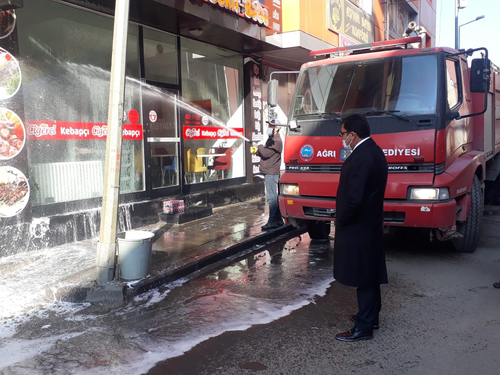 Ağrı'da cadde ve sokaklar koronavirüse karşı sabunlu su ile yıkanıyor