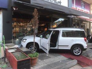 Yayaya çarpan otomobil kasaba daldı