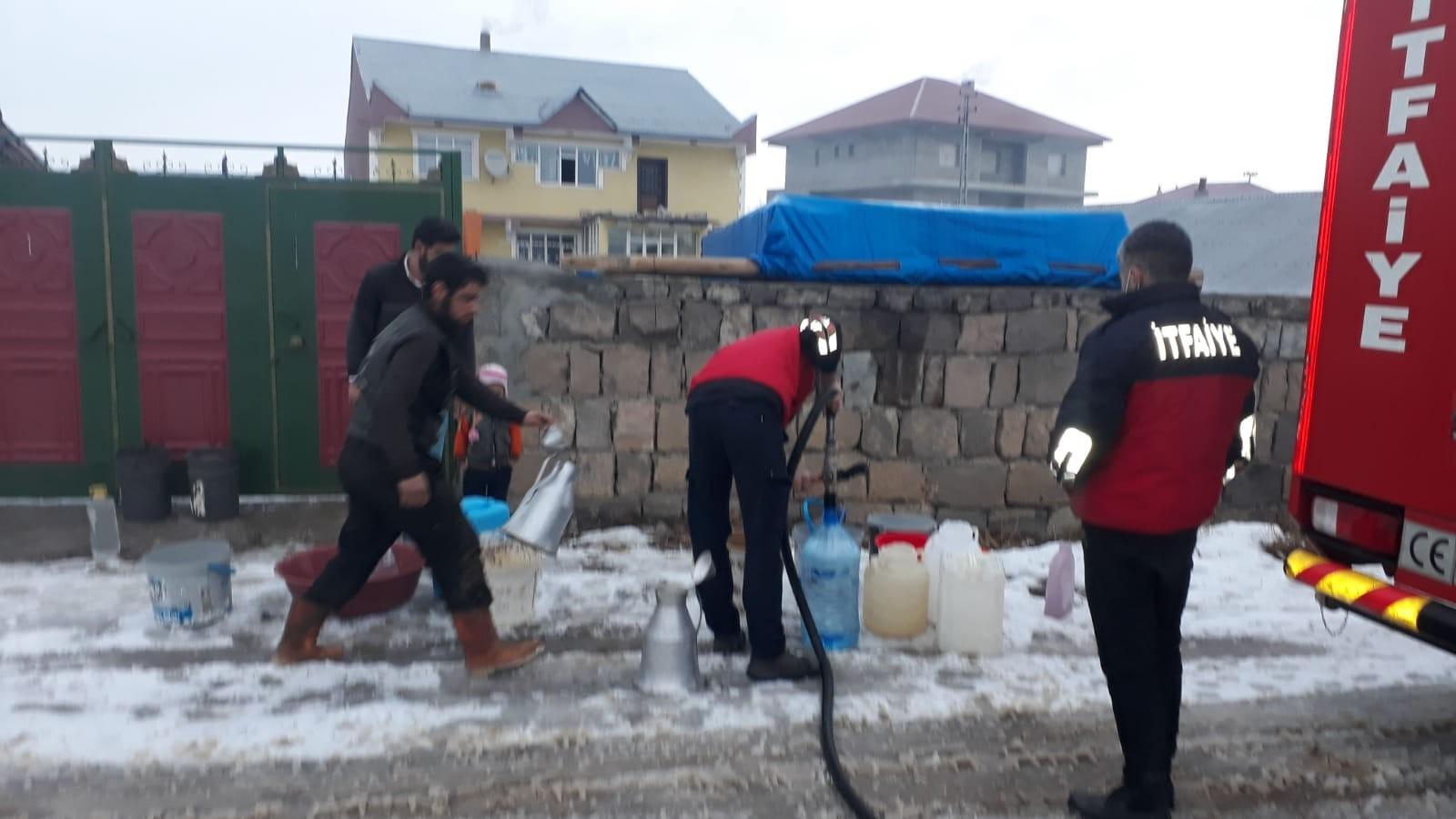 Ağrı'da itfaiye ekipleri suları donan vatandaşlara su taşıdı