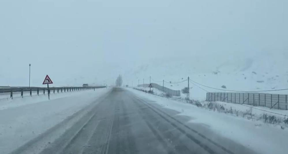 Ağrı-Erzurum karayolunda kar ve tipi nedeniyle ulaşım güçlükle sağlanıyor