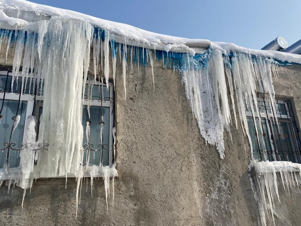 Eksi 32 derecede çamaşırlar dondu, evler dev buz sarkıtlarının altında kaldı