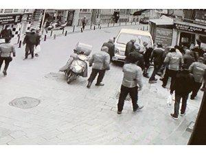 Beşiktaş'ta nefes kesen kovalamaca: Polisten kaçan şüpheliye vatandaştan darp kamerada