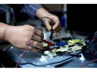 33 yıldır protez kolları ile televizyon tamir ediyor