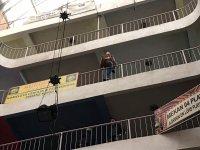 Ağrı'da 7'inci kattan kendini atmaya çalışan genç kızı polis son anda kurtardı