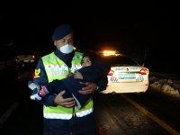 Tipi nedeniyle araçları arızalanan Ağrılı ailenin yardımına jandarma ekipleri koştu