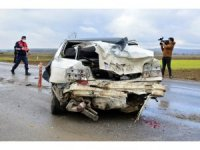 Kontrolden çıkan otomobil ortalığı savaş alanına çevirdi: 3 yaralı