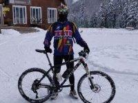 Macera tutkunu genç bisikletiyle kayak pistinde hız denemesi yaptı