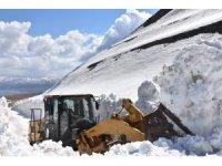 Kar kalınlığının 10 metreyi bulduğu Nemrut Krater Gölü'nün yolunda çalışma