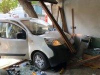 Araç berber dükkanına daldı, faciadan dönüldü: 2 yaralı