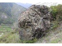 350 tonluk kayaya karşı köylerini çelik halatla koruyorlar