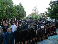 Kosova'da Covid-19 gölgesinde bayram namazı kılındı