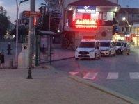 Kapalı olması gereken kahvehanede çay içen 14 kişiye polis baskını