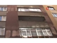 Şişli'de çökme riskine karşı boşaltılan binanın ön kısmı demirler ile desteklendi