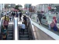 Taksim Metrosunun yürüyen merdivenlerinde tehlikeli oyun