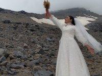 Gelinlik giyip  Ağrı Dağı ile evlendi