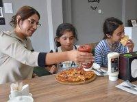 Ağrı'da köy çocukları pizzanın tadını çıkardılar