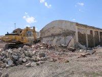 Diyadin'de metruk binalar yıkılıyor