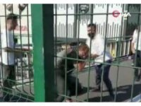 Avcılar'da metrobüs üst geçidinde seyyar satıcıların yumruk yumruğa kavgası kamerada