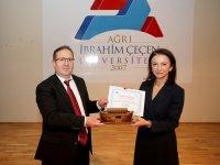 AİÇÜ'de 'Akılcı İlaç Kullanımı İçin Akıllı Eczacı' Konferansı Düzenlendi
