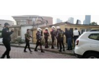 Beşiktaş'ta hareketli anlar: Keserle direnen şahsı polis kalkanlarla eve girip aldı