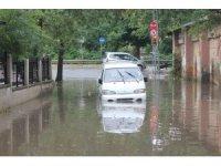 Yoğun yağış nedeniyle yolda oluşan su birikintisi havadan görüntülendi