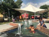 Ağrı'da sıcaktan bunalan çocuklar süs havuzunda serinlediler