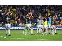 Taraftarlar Fenerbahçeli futbolcuları tribünlere davet etti