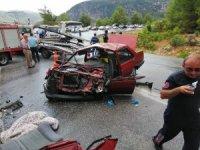 Yolcu otobüsü ile otomobil çarpıştı: 1'i ağır 5 yaralı