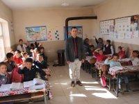 Fedakar öğretmen tüm gününü öğrencileri ile geçiriyor