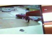 2 arkadaş otomobilin altından kalmaktan son anda kurtuldu