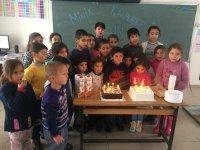 Köy çocuklarıyla doğum günlerini kutluyorlar