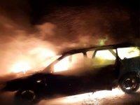 Alev alan araç tamamen yandı