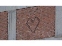 Duvarı 'aşk' ile ördü