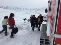 Ağrı'da yolu kapanan köyde mahsur kalan hasta çocuk kurtarıldı