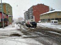 Ağrı'da aniden bastıran kar yağışı sürücülere zor anlar yaşattı