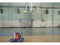 Liseli öğrenciler, basketbol oynayan robot yaptı