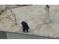 Antalya'da yaşlı kadın dışarı çıkamayınca çatıya çıktı